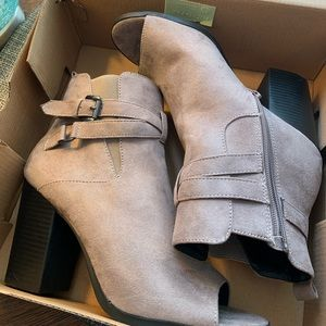 London Rag size 8.5 beige suede ankle boots